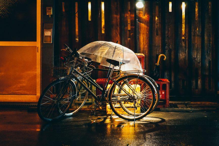 Rowerem w deszczowe dni. Jak sobie radzić